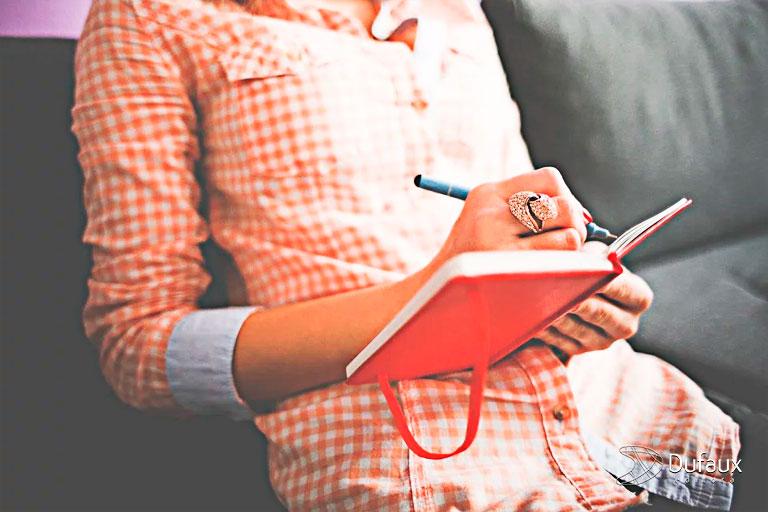 Pessoa escrevendo caderno recomeço